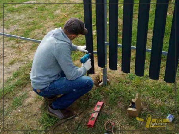 Забор из металлического штакетника 70 мп